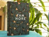 Tam hore recenzia: Debutový alegorický román o ľudstve